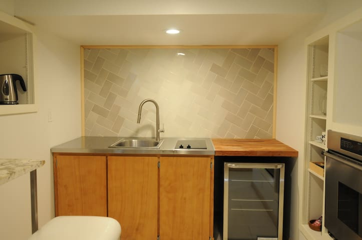 Modern Apt. Close in SE, LOCATION!