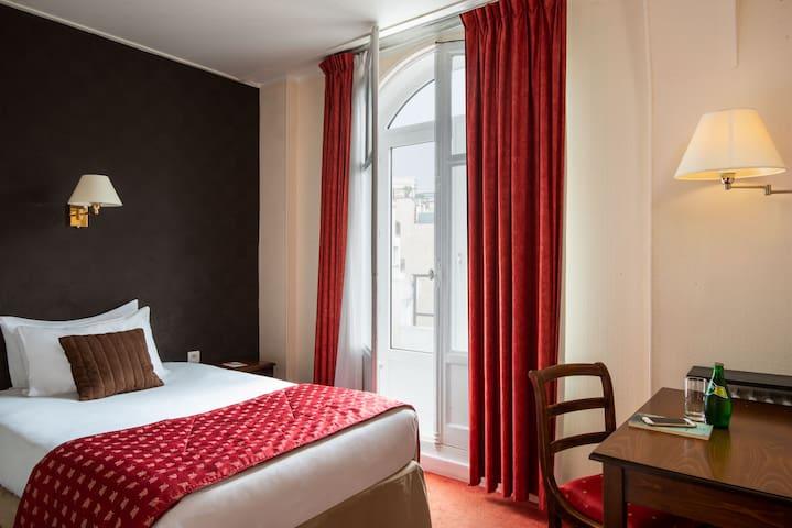 Chambre cosy dans un hôtel avec jardin