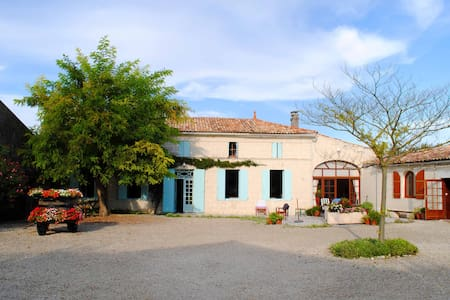 Restored Farmhouse &  Private Pool - Saint-Dizant-du-Gua - Hus