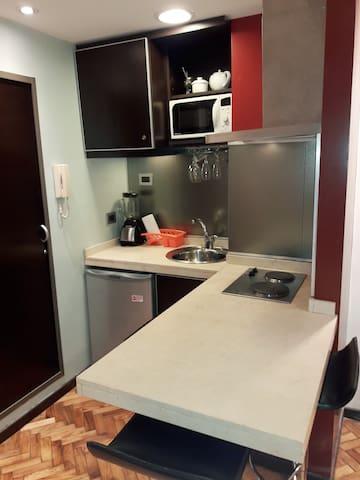 espacio cocina con anafe electrico de dos platos, horno microondas,  pava electrica, equipada con todo lo necesario para preparar comidas sencillas,  bifera, sarten, jarra enlozada, etc etc..