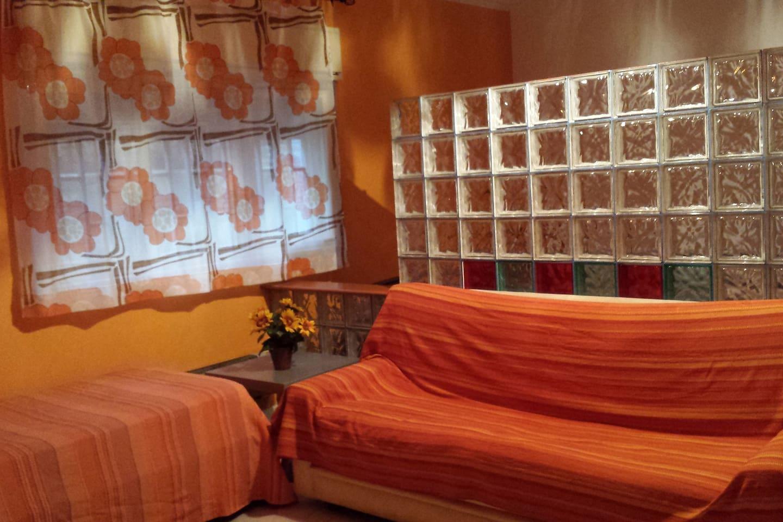 zona living con 1 divano letto 2 posti e 1 letto singolo