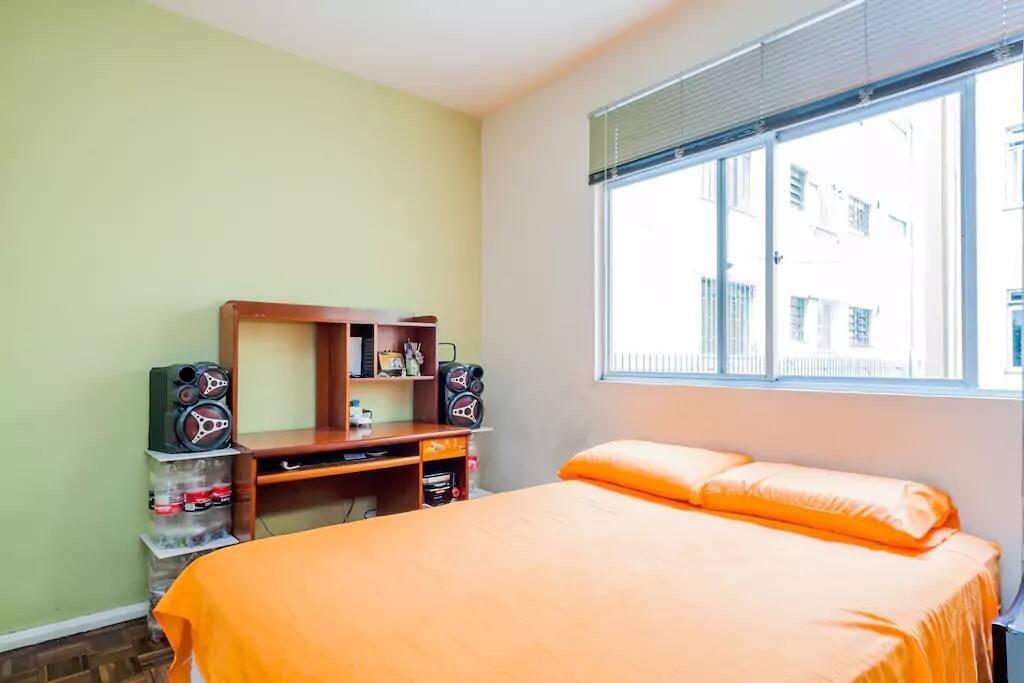 Suíte com cama de casal, colchão box alto padrão com pillow top, banheiro privativo. Equipada com som, TV e sinal de TV à cabo.