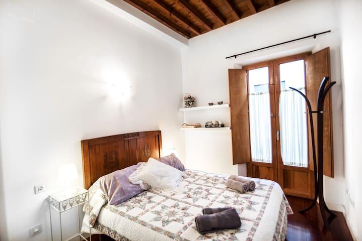 El dormitorio principal tiene una cama de 1,50 y, como toda la segunda planta, techo de madera!