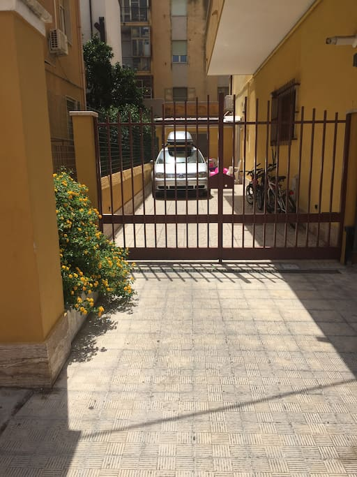 Entrata indipendentemente con cortile e posto auto.