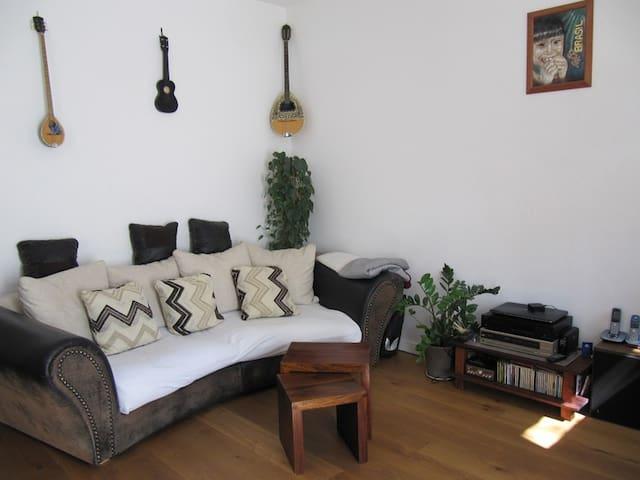 sch ne helle wohnung mit garten. Black Bedroom Furniture Sets. Home Design Ideas