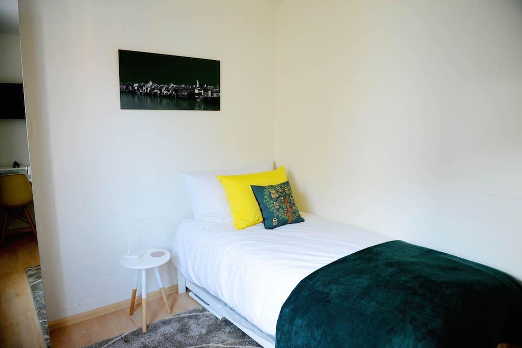 Das Zimmer ist mit digital full HD TV, gratis WLAN, sowie Tee, Kaffe & Wasser (Wasserkocher vorhanden) ausgestattet.