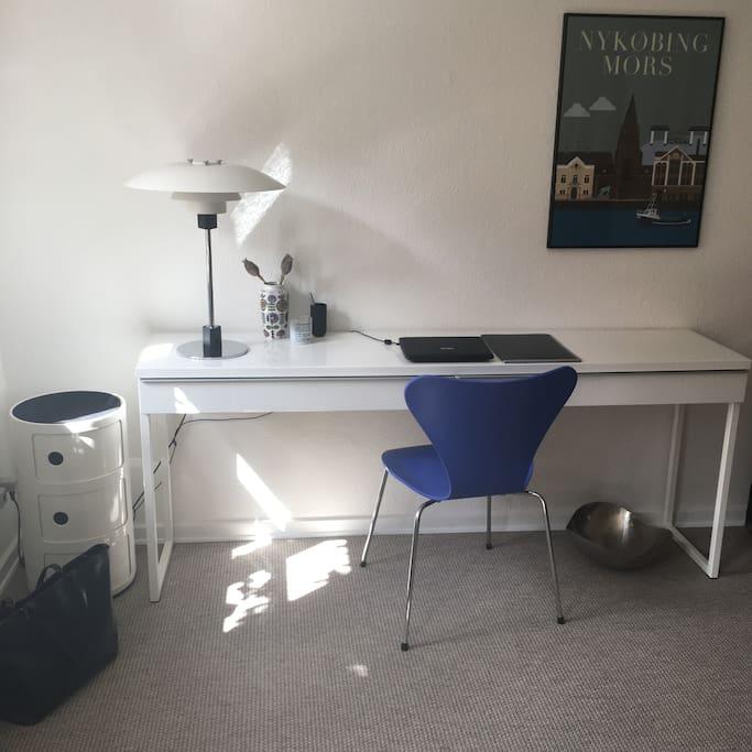 Skrive/Spiseplads med 2 stole.