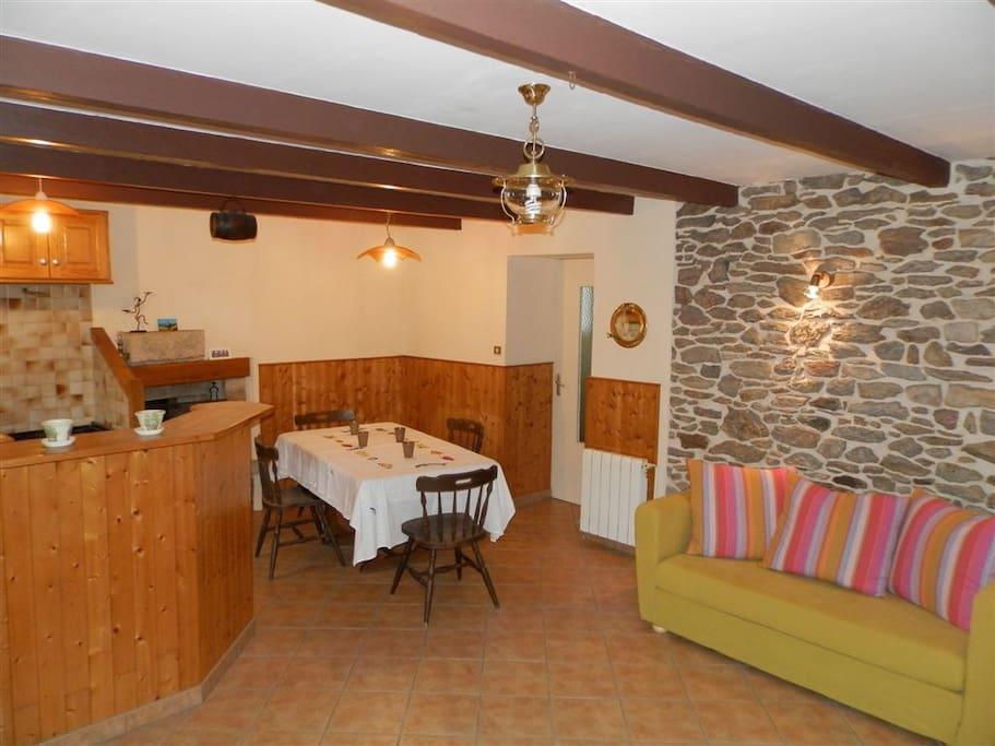Cuisine aménagée, cheminée et salon...