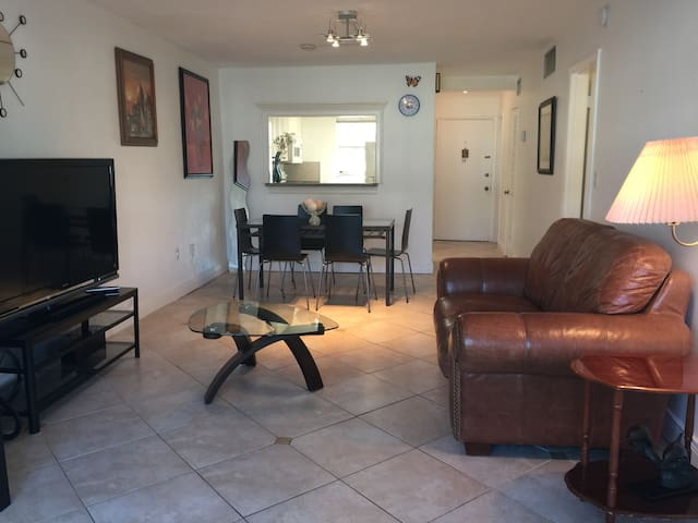 Cozy Apt 1 bedroom  1.5 Bath,  pool, Beach. - Key Biscayne