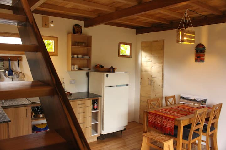 Cozy Tiny House 15m-airport. Tumbaco quiet area.