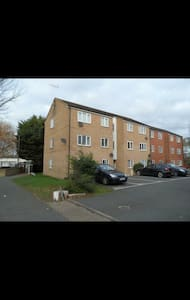 Cosy 2 bed flat close to station - South Ockendon