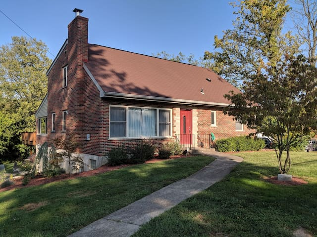 Charming brick house close to airport & Cincinnati