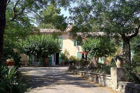 Charming Provencal farmhouse, 10 minutes from Aix - Saint-Marc-Jaumegarde
