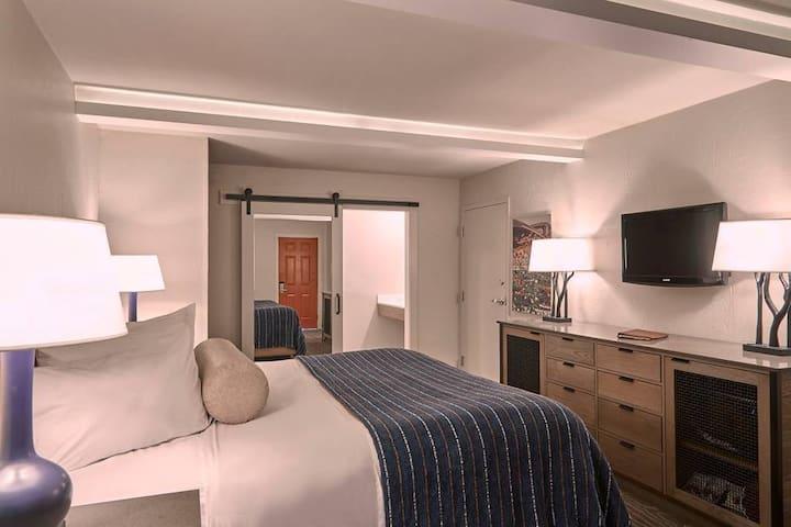 Fredericksburg Inn & Suites-One King Bed Poolside/Courtyard