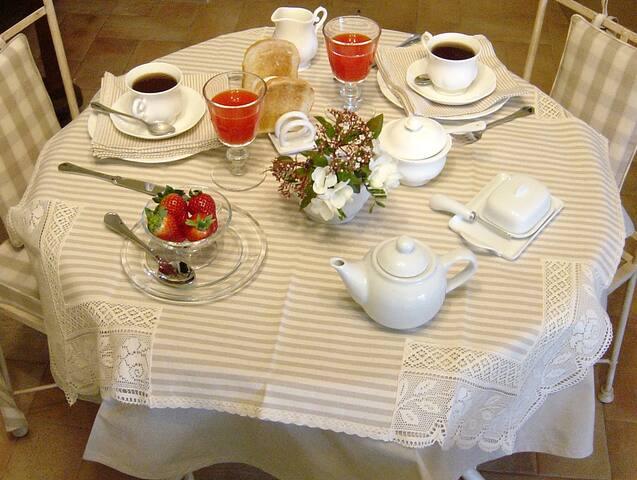 Ricca prima colazione preparata in casa