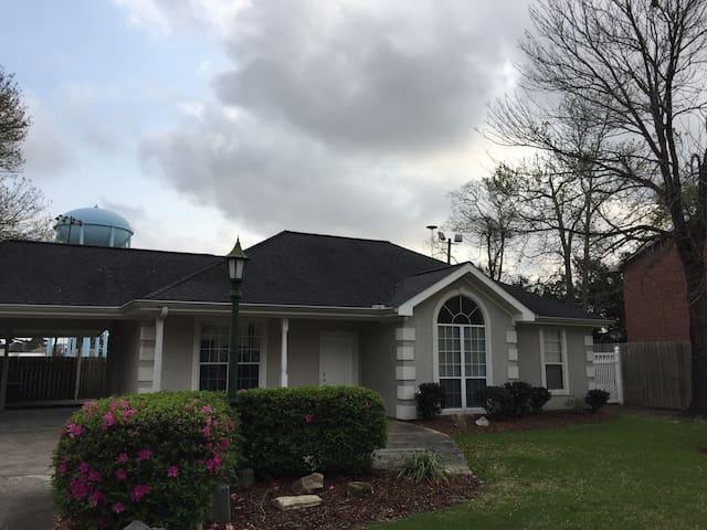 Modern home in great neighborhood - Lake Charles