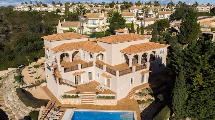 Villa Heimdal - 4 Bed Villa, Sleeps 10, Heated Pool & Walking Distance to Cliff Tops