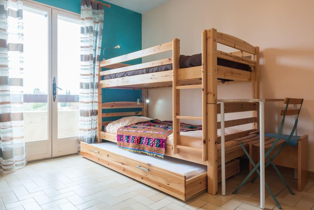 La 2 ème chambre avec 3 lits de 90 cm