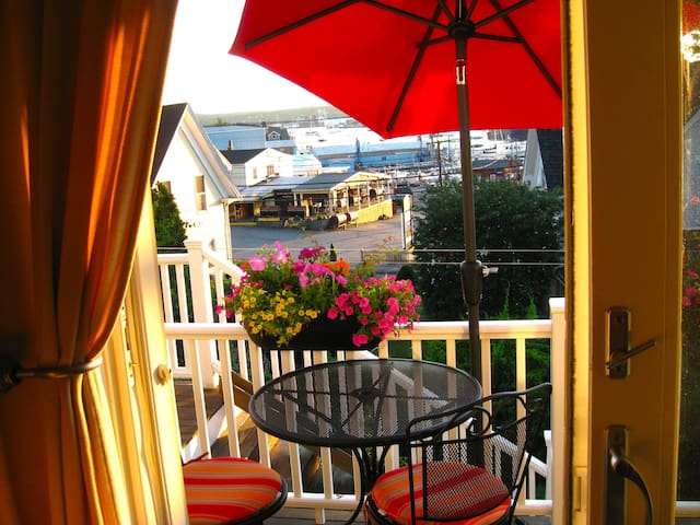 "Stunning Studio ""Plus"" -Scenic Harbor View - Gloucester - Apartment"