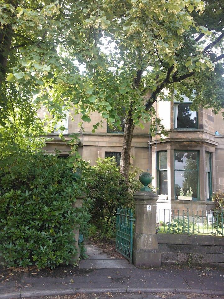 Rough Luxe Victorian Villa: Room 1