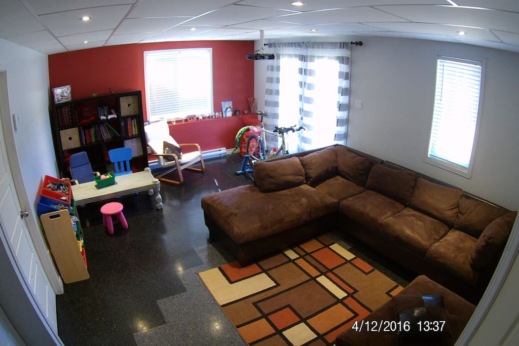 Sous-sol dégagé, la chambre est à gauche
