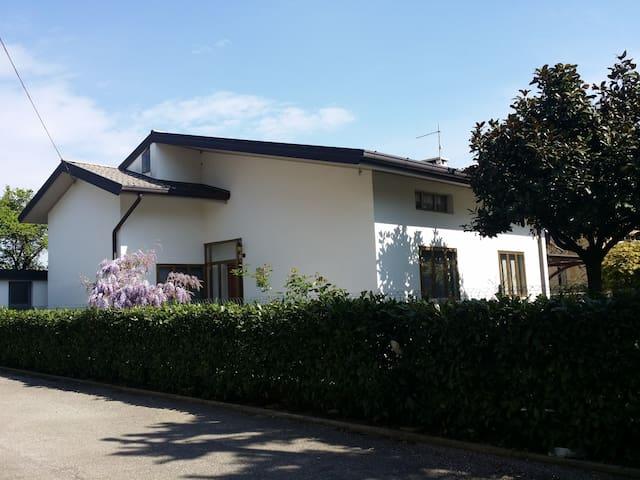 La camera degli ospiti - Udine - บ้าน