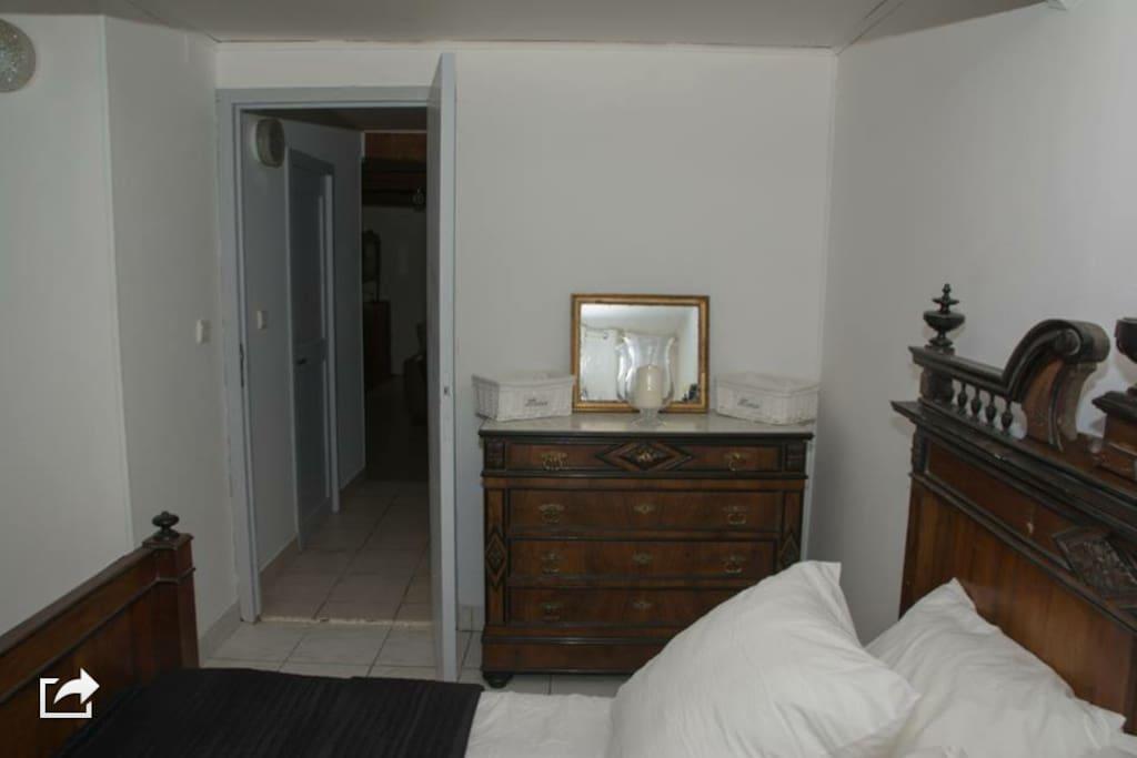 La chambre avec de nombreux rangements