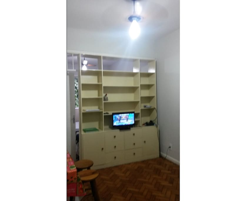 Sala - estante, TV, mesa e ventilador de teto (living room - shelf, TV, table and ceiling fan)