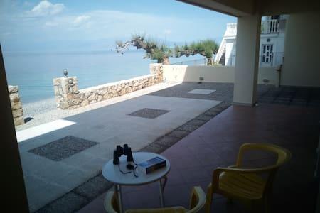 cosy studio just in front of the sea - Derveni - Ferienunterkunft