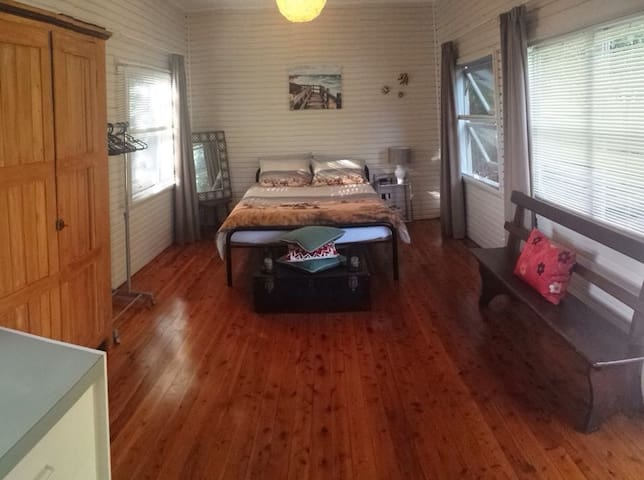 Rustic Beach Cabin. Pets Welcome :) - Bateau Bay