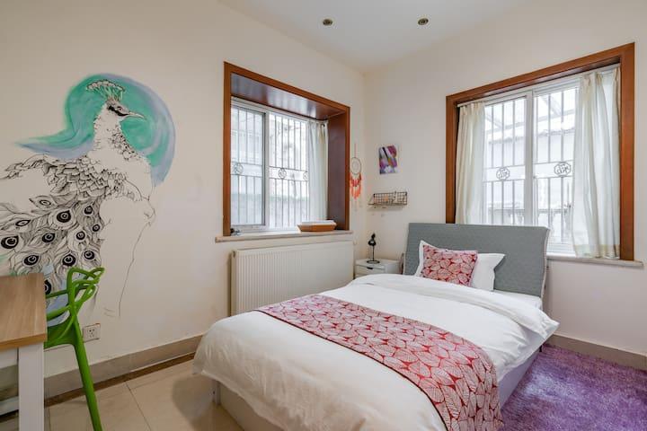 卧室,壁画凤凰为民宿女主人手绘