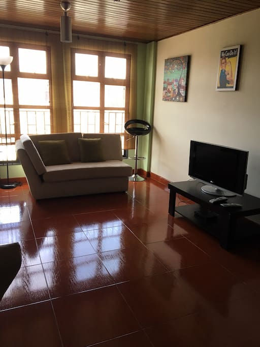 sala con tv satelital
