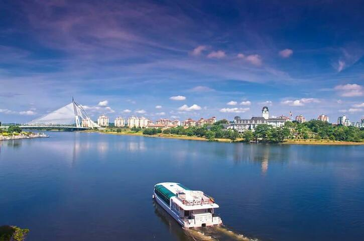 Nearby: Putrajaya Boat Cruise (pic from Google Image)