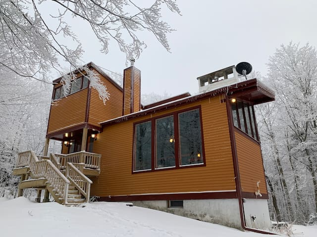 Swanky Slopeside Chalet 30 min.s from Burlington