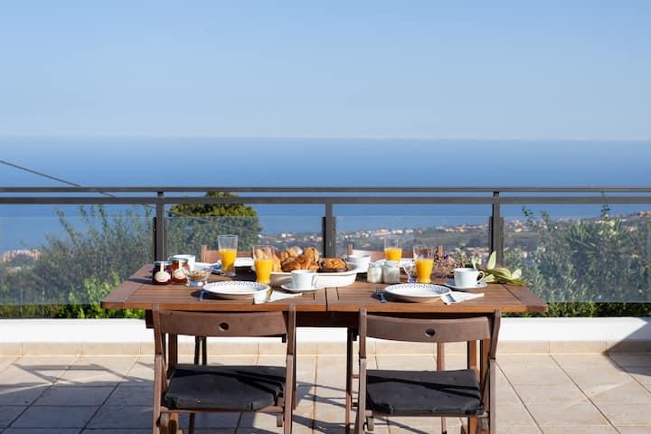 Amplia Villa con vistas al mar y terraza