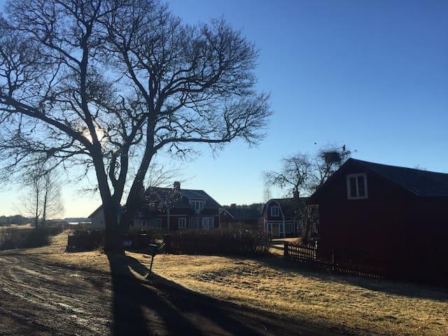 Bo på gård i lantlig idyll - Almunge - Mökki