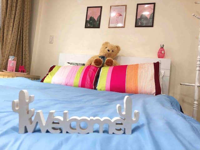 歐洲進口的標準雙人房和多款可交換的寢具床單枕頭套,讓你長久居住有不同的風格並睡得香甜。
