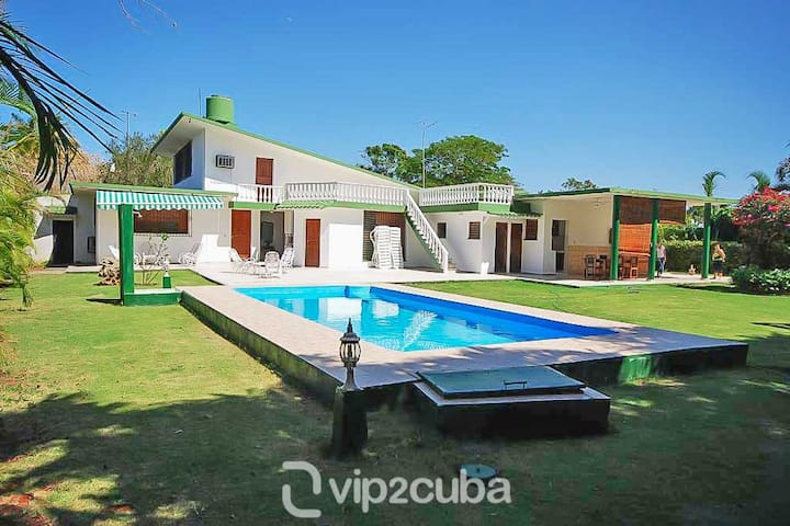 4BR Tropical Retreat with pool in Siboney