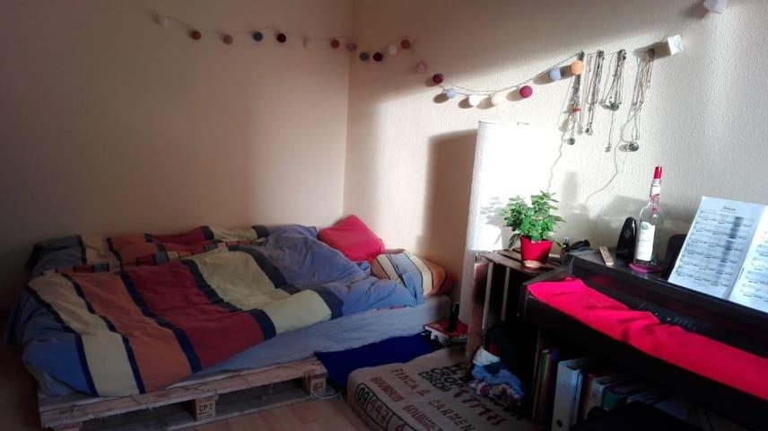 Schönes und helles Zimmer in Seepark-Nähe :)