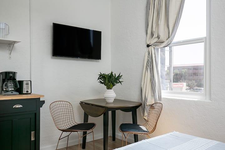 Modern Studio Apartment- Fully Sanitized!
