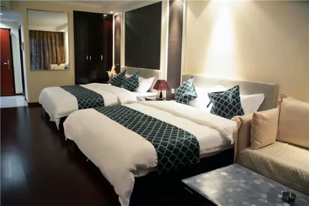 公寓式双床开间,独立房间,卫生间,厨房,洗衣机空调热水器  书桌,沙发,阳台观海
