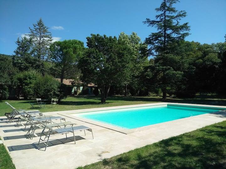 Luberon : maison grande piscine et jardin 7000m²
