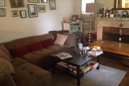 Home-away-from-Home in Heart of SFV - Sherman Oaks - House