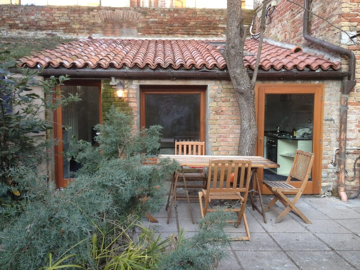 Charming studio + private garden!