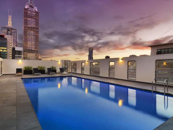 Comfy 1BR + rooftop pool