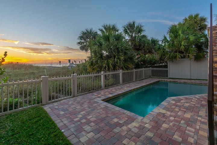 Serenity Now -6 Bdr - Beachfront with Private Pool