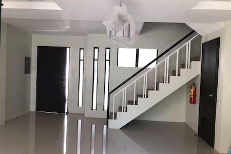 Cebu Bachelor's 3B Apartment by Ranilop