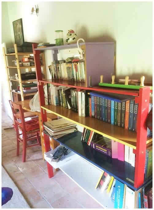 Petit coin travail (un bureau et une chaise)