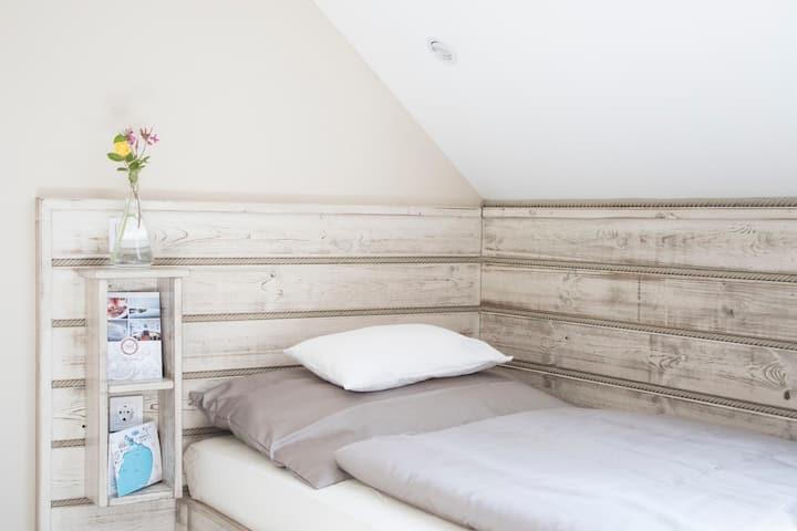 Udvarra néző TWIN szoba külön ággyal