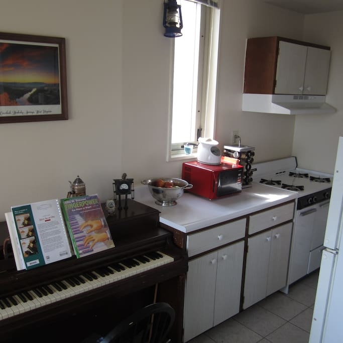 Piano and fully equipped kitchen